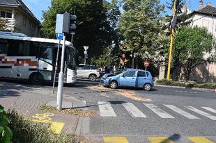 MOBILOZÓ GYŐRI HÖLGYIKE, NEM ÉRT RÁ FIGYELNI! Csakhogy szembe jött egy busz