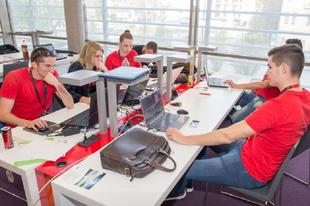 Bonyolult ipari feladatokat oldanak meg a gépészhallgatók Győrben: a jövőnk a tét