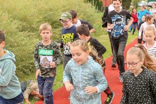 ELKÉPESZTŐ POLITIKAI PEDOFÍLIA GYŐRSZENTIVÁNON! Borkaiék egy fél éve kész futópályát adtak át, a háttérben iskolások