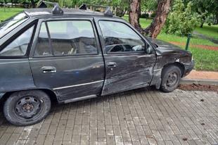 EZT SOKSZOR ELRONTJUK: NEM ADOTT ELSŐBBSÉGET GYŐRBEN! A vétlen sofőr egy fának ütközött