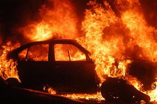 TŰZ AZ M1-ESEN! Győrújbarátnál kiégett agy autó az M1-esen