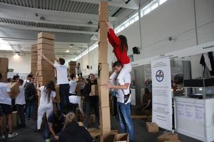 Meglepő versenyen voltak a győri diákok: kiépítette, többek között a legmagasabb kartondoboz oszlopot