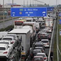 Készültjön, ha Ausztriába megy! Hét kilométeres a torlódás az M1-esen Hegyeshalomnál
