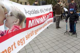 MÉG ÍGY IS KEVÉS: 100 ezer forintra nő a gyermekek után járó ápolási díj összege