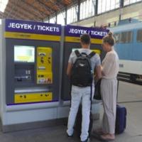Pénztárosok helyett szinte csak automatákkal találkozhatunk ezután a MÁV-nál? Ötszörösére növelik a jegykiadók számát, könnyebb lesz jegyet venni Tatabányán is