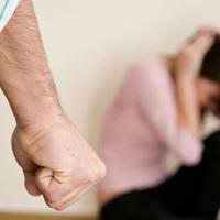 HOL ÉLÜNK TATABÁNYAIAK? Többször megverte a feleségét, aki a kisbabával a szomszédba menekült