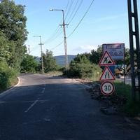 Csigalassan és balesetveszélyesen halad a Panoráma út felújítása