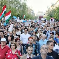 Ismét több tízezren tüntettek a kormány ellen, köztük sok tatabányai! A következő tüntetés május 8-án lesz Budapesten, vajon Tatabányán is lesz akkor tüntetés?