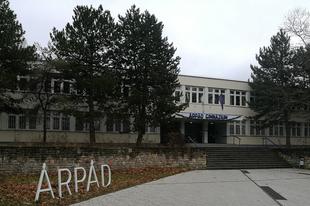 Önök mit szólnának hozzá, ha az Árpád gimit Árpádházi katolikus gimivé alakítanák Tatabányán?