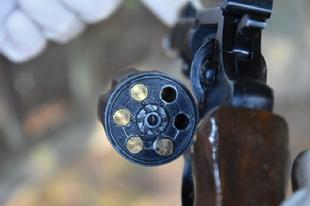 FÉLŐRÜLT TATÁN! Levegőbe lőtt és fegyverrel támadt a feleségére