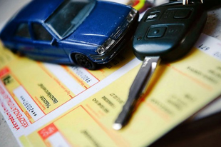 Feledékeny autósok, figyelem! Március elsejéig még be lehet fizetni az első negyedéves kötelezőt Tatabányán is