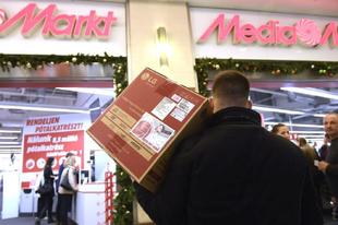 BRUTÁLIS ÁTVERÉSSEL INDÍTOTT TATABÁNYÁN A MÉDIA MARKT! Tényleg hülyének nézik a vásárlókat?