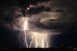 FELHŐSZAKADÁS ÉS JÉGESŐ: Több hullámban büntethetnek ma a viharok Tatabányán is