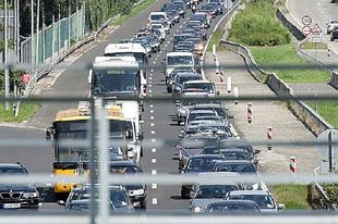 NAGY DUGÓKRA KÉSZÜLJÖN HÉTFŐTŐL AZ M1-ESEN! Tatabánya és Budapest között hosszabb aszfaltozás indul
