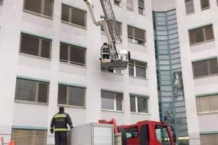 FANTASZTIKUSAN CUKIK A TATABÁNYAI TŰZOLTÓK! Mikulásuk az ablakon keresztül ment a kórházba