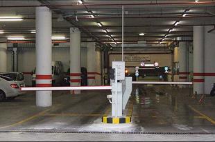 AZ IDEGES TATABÁNYAI: Nem működött a parkoló sorompója, fogta és letörte, majd elhajtott a férfi