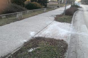 Miért sózzák a járdát az Államkincstárnál Tatabányán?