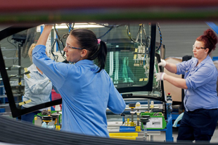 GŐZERŐVEL FOLYIK A ROBOTIZÁCIÓ A TATABÁNYAI AGC-NÉL! Most 4 milliárdos fejlesztés, de nem kell új munkaerő