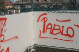 SEGÍTSEN ELKAPNI IS EZEKET A BARMOKAT! A tatabányai Jókainál lévő focipályáját tették tönkre (VIDEÓ!)