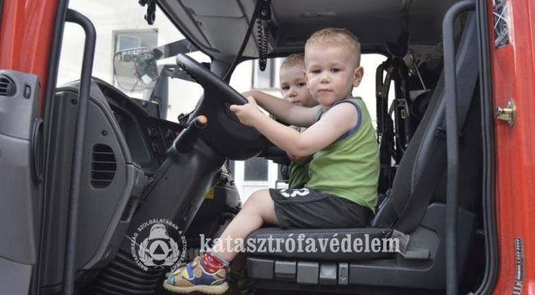 gyerek-tuzoltoautoban-katved-hu.jpg