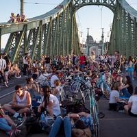 Újra közösségi tér lesz a Szabadság híd a nyári hétvégéken