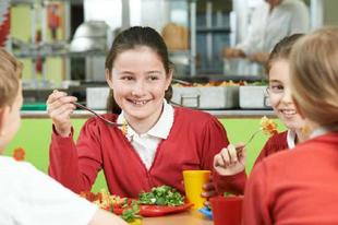 A szünetben is meleg ételhez juthatnak a hátrányos helyzetű családok gyermekei