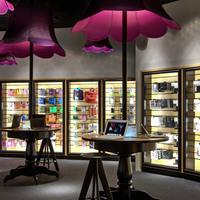 Barátságos vs. futurisztikus elektronikai boltberendezések