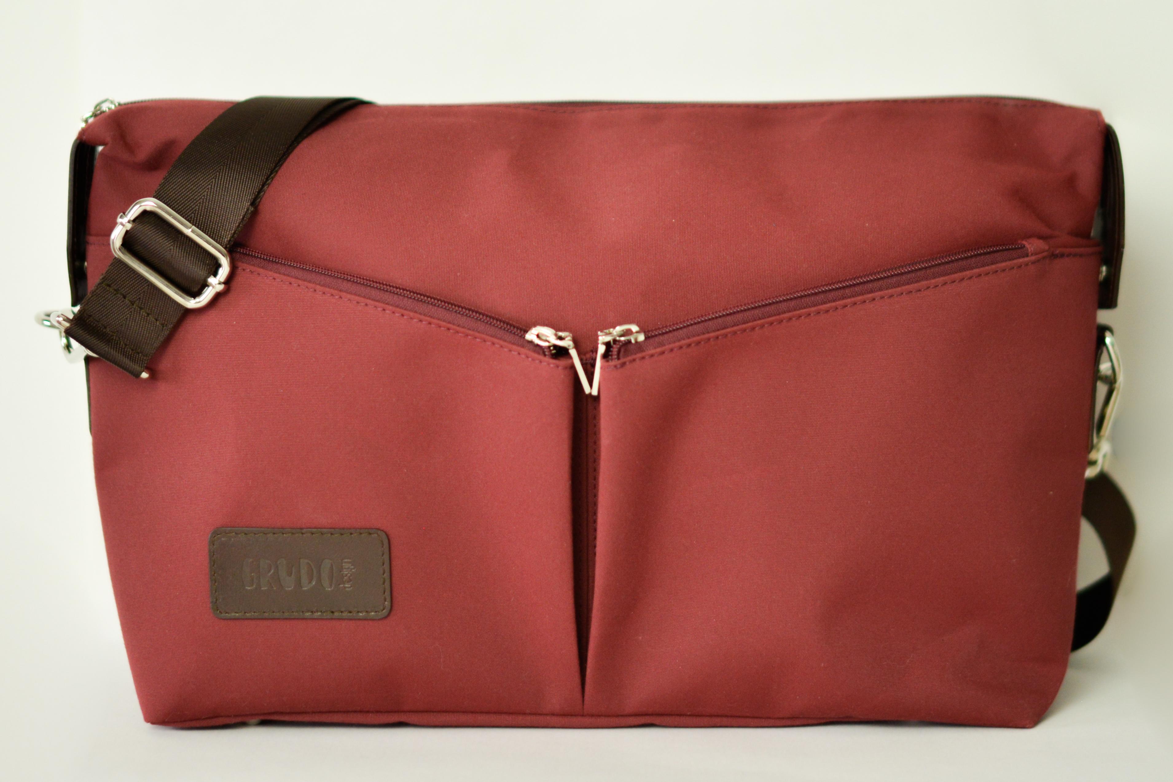 5ed42b7d2661 A Grudo design mini pelenkázó táskája olyan, mint egy csodaszép kézi táska.  Első ránézésre, könnyen azt hiheti egy kívülálló, hogy színházba indulunk  vele, ...