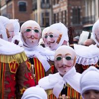 A binche-i karnevál: a belga kisvárosban bizarr viaszmaszkokkal, vérnarancsháborúval és középkori ihletésű parádéval ünneplik a farsangot