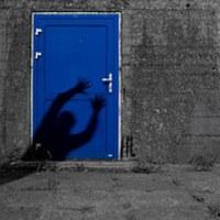 Zárt ajtók mögött