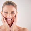 Csodaszer a bőrnek? A méhpempős arcápolásról