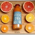 Facsard, fesd - Friss narancs juice címkézett üvegben
