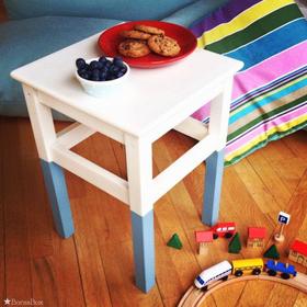 Natúr hokedliből, pasztell kék lábú asztalka