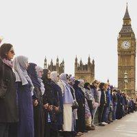 Fejkendős muszlim nők tüntettek az erőszak ellen a londoni terrortámadás helyszínén
