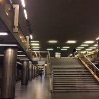 Kis kék vödörbe csöpög az esővíz Budapest egyik legforgalmasabb metrómegállójában