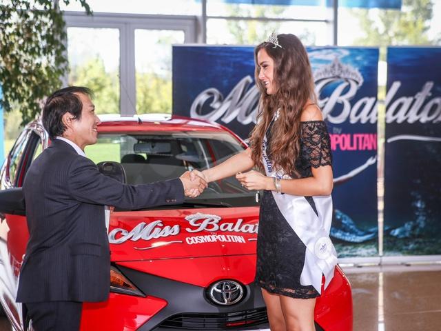 Barátaihoz utazik először új autójával a Balaton királynője