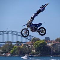 Josh Sheehan, a Nitro Circus Freestyle Motocross sztárja megküzd a gravitációval
