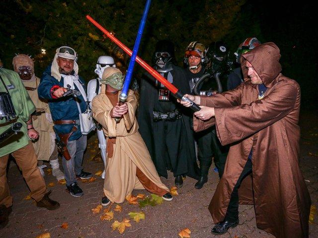 Teljes őrület: az Irigy Hónaljmirigy tagjai Star Wars szereplőknek öltöztek