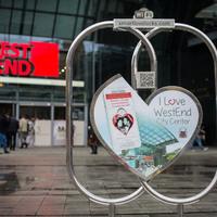 Virtuális szeretet-lakattal pecsételték meg szerelmüket a sztárok