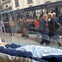 Kirakatban horkoló ember a Ferenciek terén