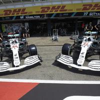 F1: Napokon át csigázott mindenkit a Mercedes a retro festésével – végre bemutatták!