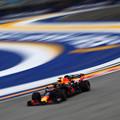 F1: Verstappen kezdett az élen Szingapúrban, Bottas falnak ment