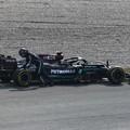 F1: Hamilton lerobbant, élre törtek a Ferrarik