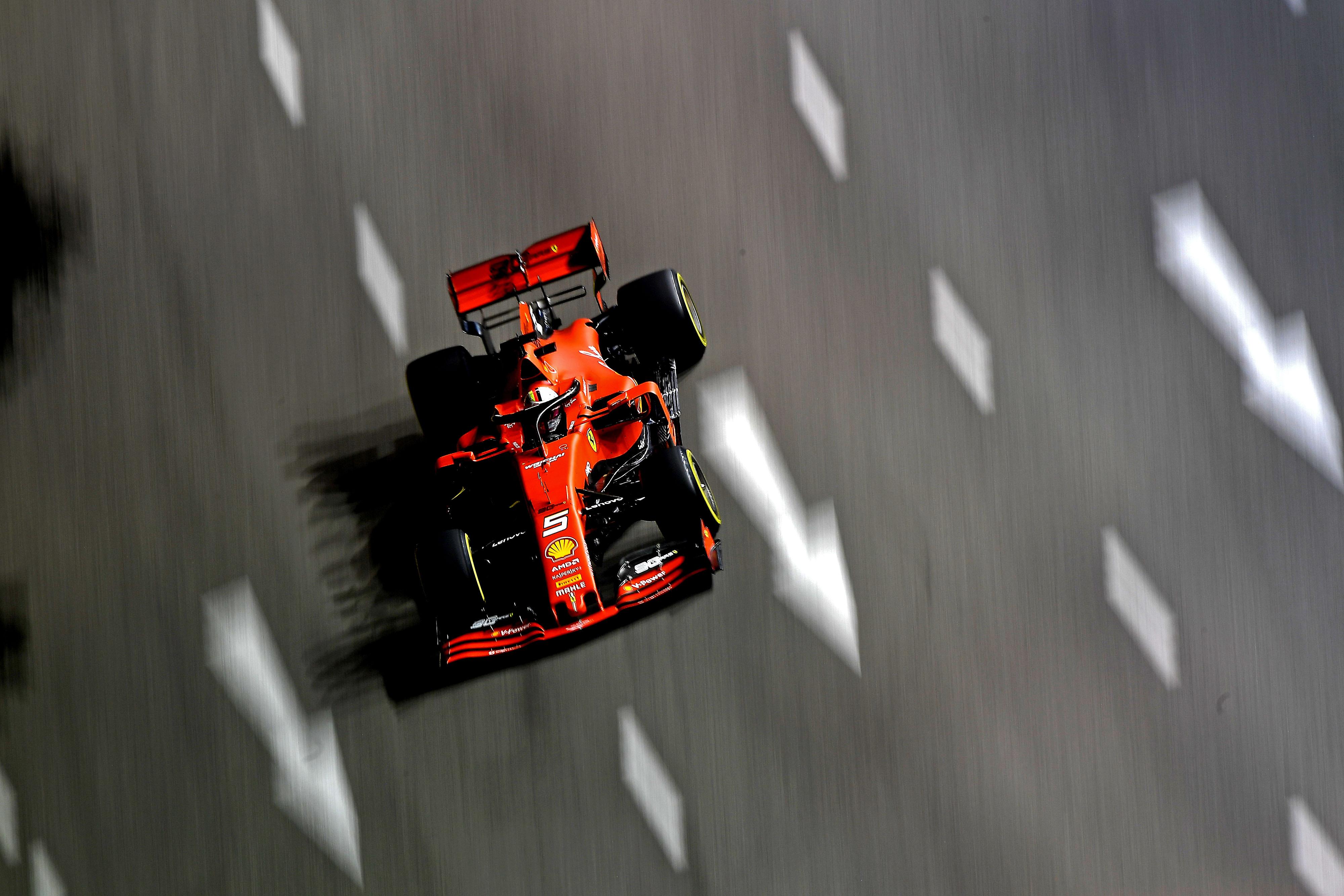 F1: Vettel vezetésével kettős Ferrari-siker a szingapúri éjszakában