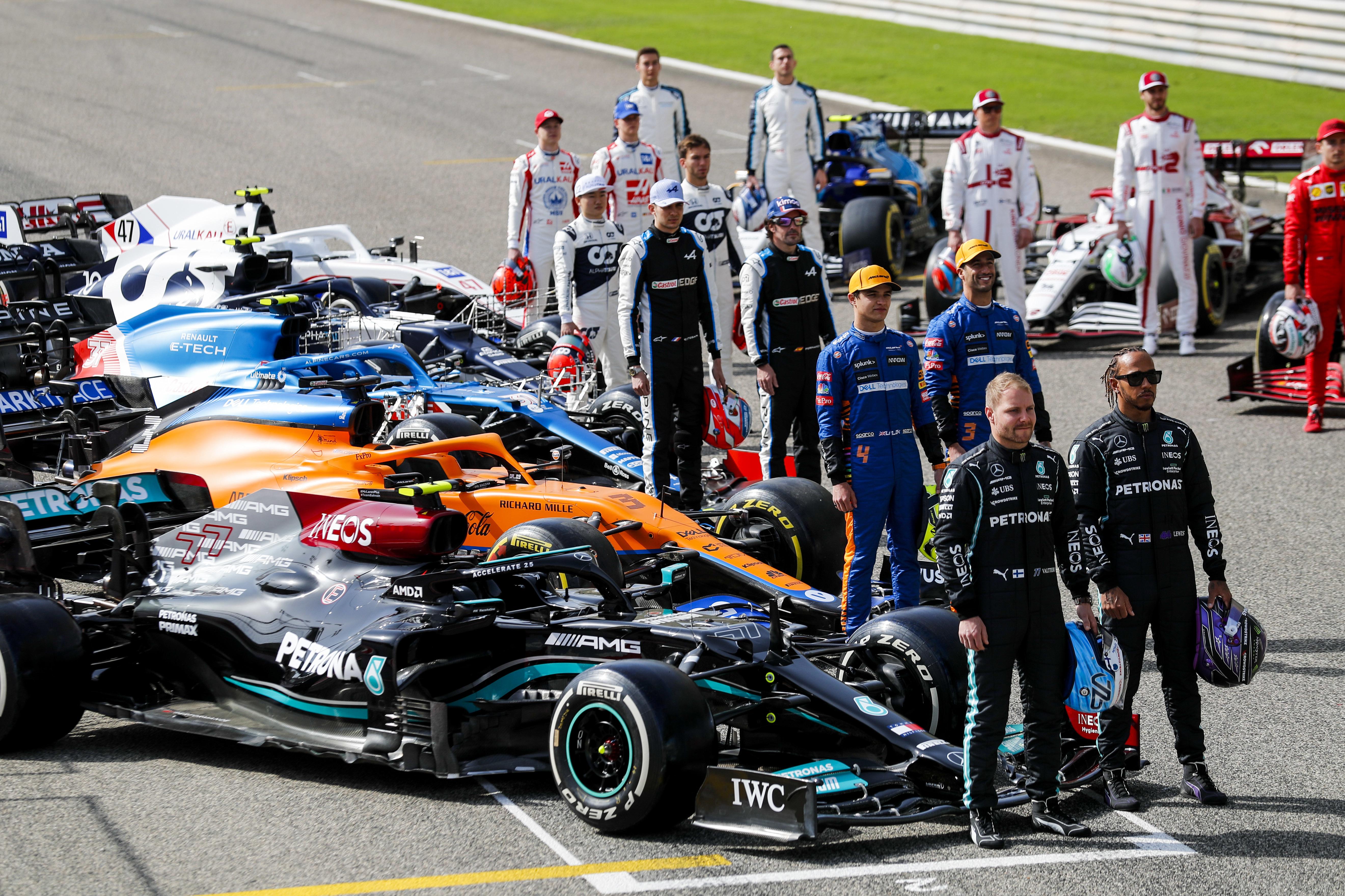 Rossz hír Hamiltonéknak: így vághatják meg az F1-esek fizetését