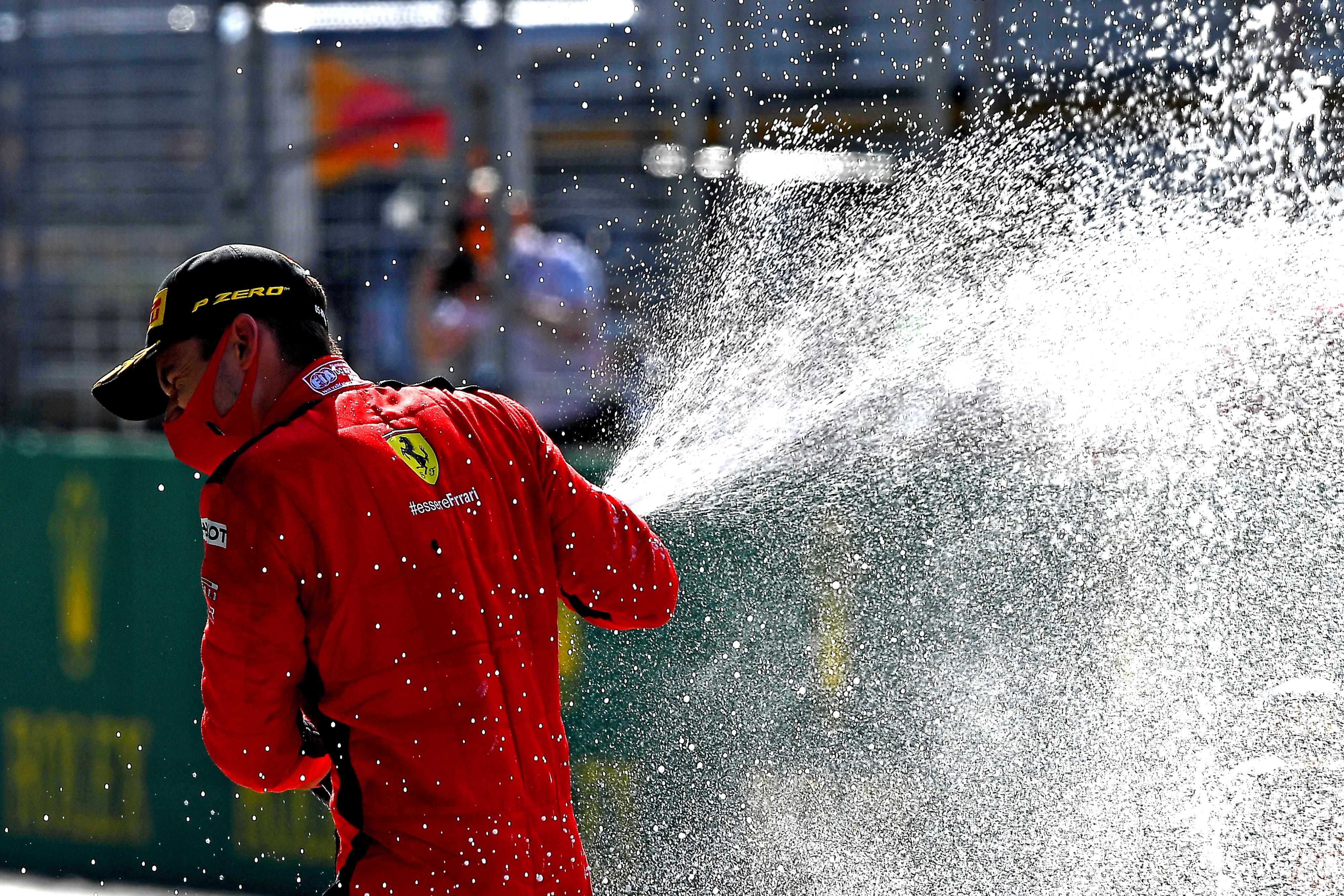 Ferrarival fognak pezsgőzni az F1-es dobogón
