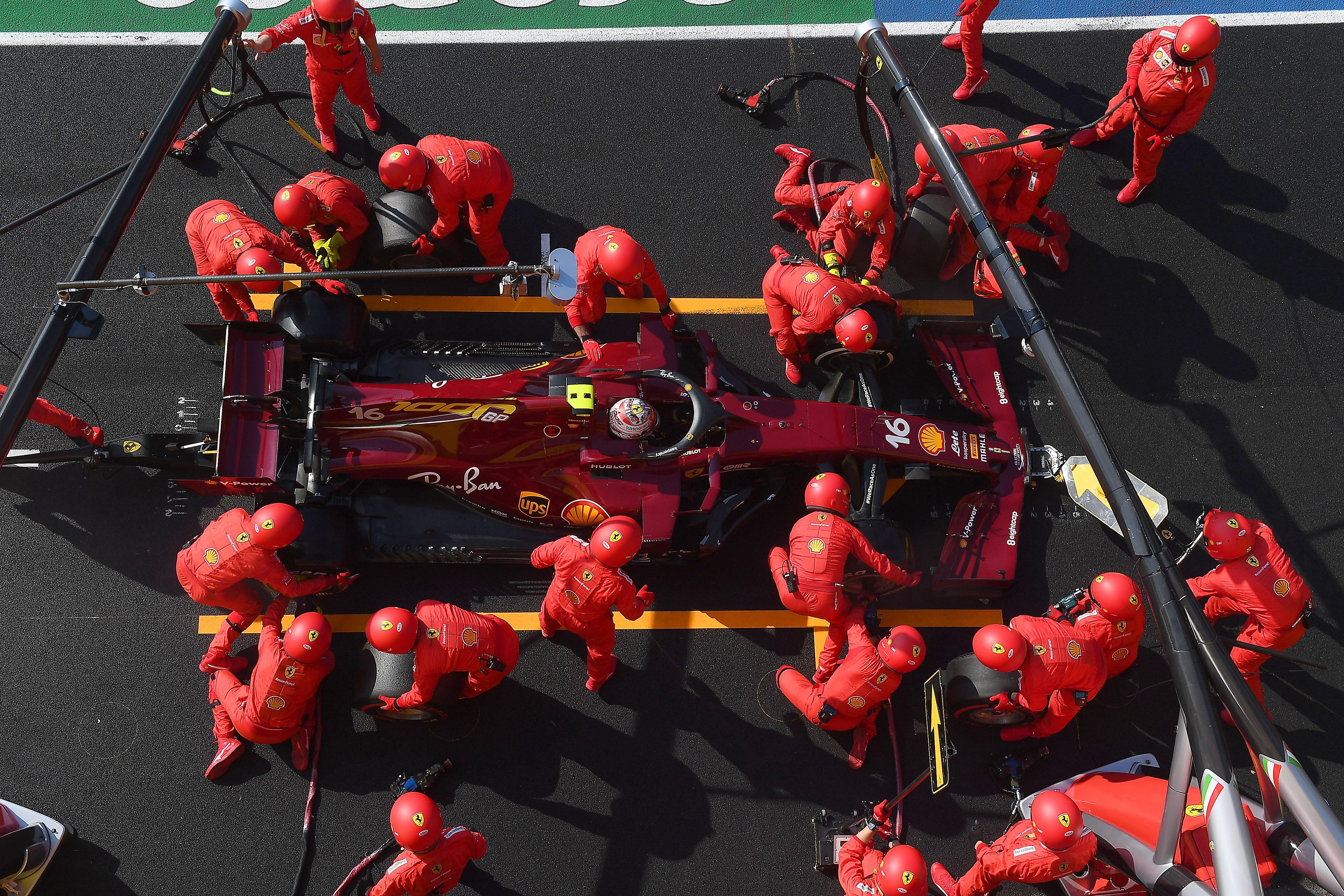 F1: A Mercedes és a Ferrari is él az oltás lehetőségével Bahreinben