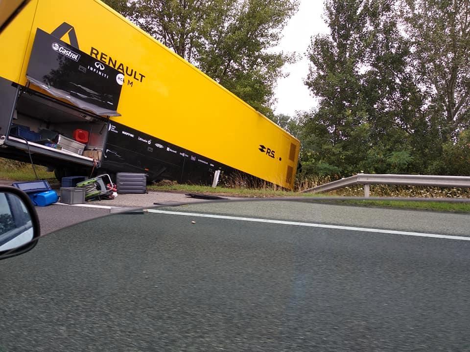 F1: Baleset az M1-esen, árokban a Renault kamionja