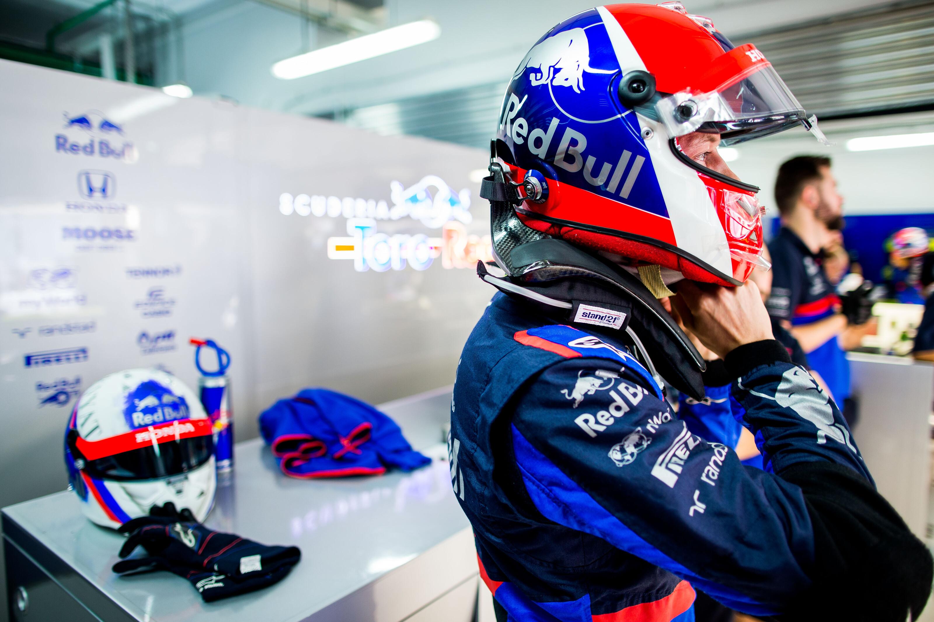F1: Nem használhatja különleges sisakját Kvjat