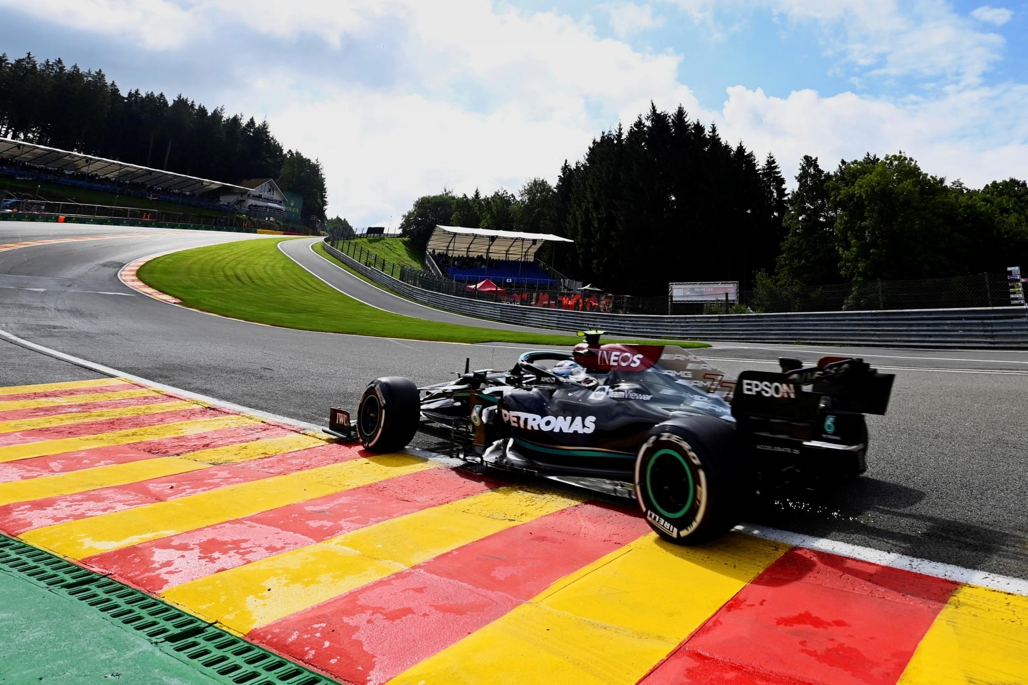 F1: Hamiltont kis híján kiütötték, Bottas kezdett az élen
